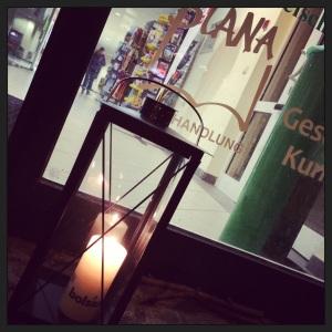 Die Laterne leuchtet vor der Buchhandlung Blana
