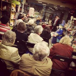 Gespannte Zuhörer in der Buchhandlung