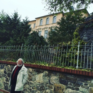 Vor dem damaligen Wohnhaus des Dramatikers in der Freiberger Straße 14.